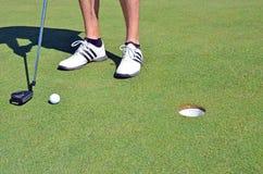 高尔夫球高尔夫球鞋子和棍子 免版税图库摄影