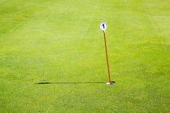 高尔夫球绿色孔一 免版税库存照片