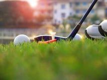 高尔夫用品在绿色草坪 库存照片