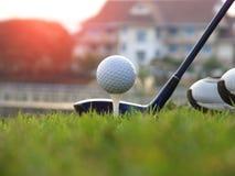 高尔夫用品在绿色草坪 免版税库存照片