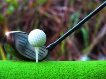 高尔夫用品,检查铁的整洁,投入高尔夫球在红色木地板上 免版税库存照片