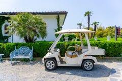 高尔夫车modifed是一辆从事园艺的汽车附有了盘子 免版税图库摄影