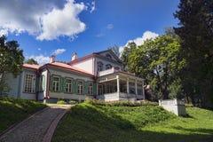 高尚的庄园的古老木房子在俄罗斯 免版税库存图片