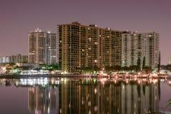 高层公寓房夜长的曝光迈阿密海滩运河的 免版税库存图片