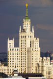 高层塔在与风雨如磐的天空的莫斯科市中心 库存图片