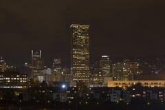 高层建筑和晚上地平线波特兰,俄勒冈 免版税库存照片