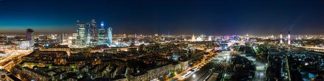 高层建筑物和运输大都会、交通和汽车模糊的光在多车道的高速公路和公路交叉点的 图库摄影