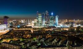 高层建筑物和运输大都会、交通和汽车模糊的光在多车道的高速公路和公路交叉点的 免版税库存照片