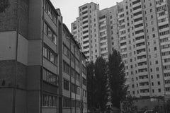 高层建筑物在黑白宿舍的区域 免版税库存照片