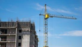 高层建筑物的建筑在起重机帮助下的 免版税库存图片