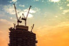 高层建筑物的建筑 建筑用起重机和摩天大楼 免版税库存照片