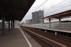 高层建筑物看法从一个铁路平台的 Savelovsky火车站 莫斯科 库存图片