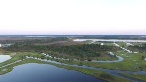 高层桥梁和两岸间的沼泽,北部Topsail海滩, NC的鸟瞰图 股票录像