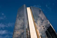 高层被反映的大厦在布里斯班 库存照片