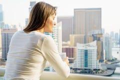 高层阳台的妇女 免版税库存照片