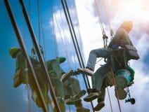 高层风窗清洁器 玻璃清洁剂工作 在大厦、清洁和维护产业的多数危险工作 免版税库存照片