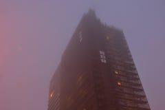 高层,在薄雾的appartementblock 图库摄影