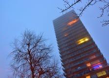 高层,在薄雾的appartementblock 库存图片