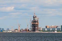 高层建筑物的建筑在海岸圣彼德堡,俄罗斯的 图库摄影