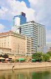 高层建筑物,多瑙河运河 维也纳 奥地利 免版税库存照片