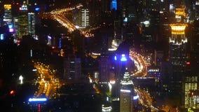 高层建筑物&城市交通流程鸟瞰图在晚上,时间间隔 股票录像