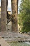 高山上升的雕塑 免版税库存图片