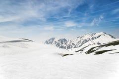 高山下雪在冬天之下 免版税图库摄影