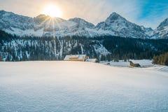 高山冬天在一个晴天 图库摄影