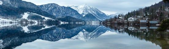 高山冬天湖全景(湖Grundlsee,奥地利)。 免版税库存照片