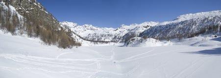 高山冰冷的湖全景冬天 库存图片