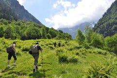 高山冰川山的远足者 免版税图库摄影
