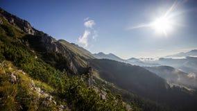 高山土坎和有雾的谷在日出期间, Koschuta,斯洛文尼亚 库存照片