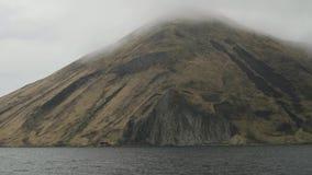 高山在海和在顶视图的有雾的云彩从帆船在海 股票录像
