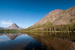 高山在湖山附近 免版税库存图片