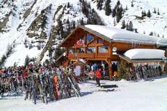 高山在露天用餐在瑞士山中的牧人小屋酒吧 库存照片