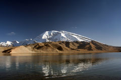 高山天蓝色的瓷其毛皮湖 库存图片