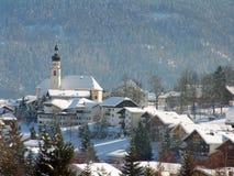 高山奥地利教会场面 免版税库存图片