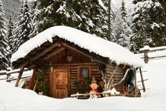 高山小屋在冬天在阿尔卑斯 冬天风景在湖Antholz Anterselva,南提洛尔附近的一个森林里 库存照片