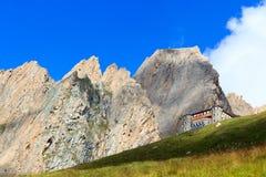高山小屋Sajathutte和山强记Saule在阿尔卑斯,奥地利 免版税库存图片