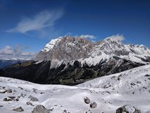 高山山在冬天 免版税库存照片