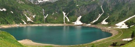 高山山湖全景 免版税库存图片