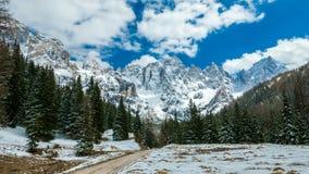 高山山美好的冬天风景  免版税库存图片