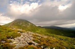 高山峰顶包括云彩 免版税库存图片