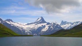 高山峰顶和山湖 Landskape背景 Bachalpsee湖,格林德瓦,Bernese高地 阿尔卑斯,旅游业 股票视频