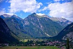 高山峰顶和谷在蓝色多云天空下在Nassereith,提洛尔 免版税库存图片