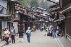 高山市,日本- 5月03 :Sannomachi的Stre未认出的人 库存照片