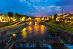 高山市Miya Gawa河蓝色小时晚上 图库摄影