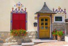 高山房子,白云岩,意大利传统门面  免版税库存图片