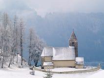 高山教会降雪 免版税图库摄影