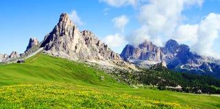 高山晴朗的谷 免版税图库摄影